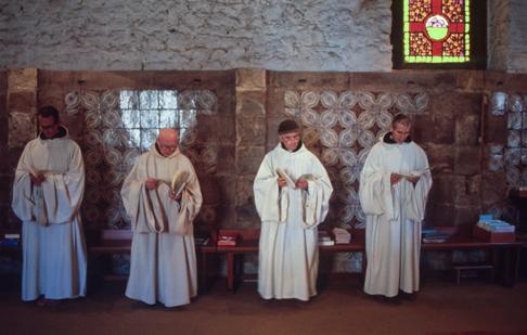 Priants parmi d'autres priants